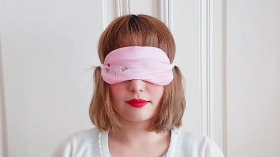 Auris trägt eine rosa Schlafmaske