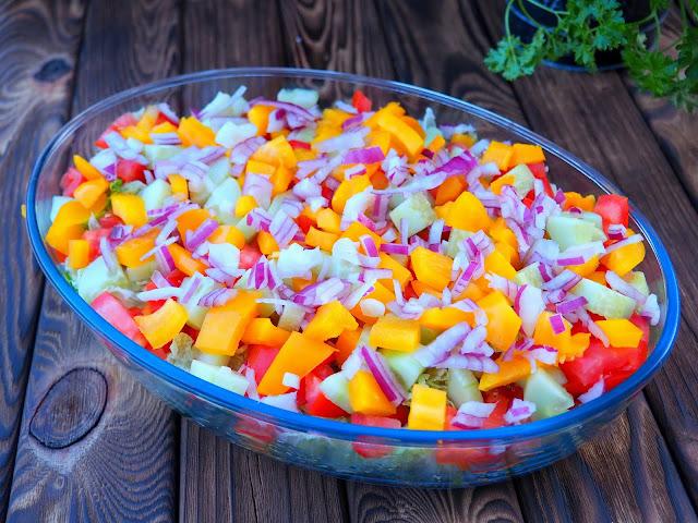 Sałatka ze świeżymi warzywami i wołowiną