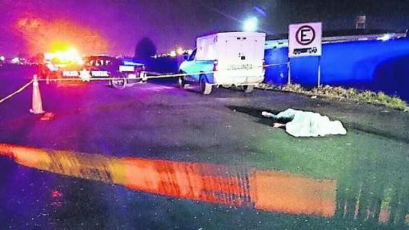 Justiciero baja a dos presuntos ladrones de camión, los hincó y ejecutó
