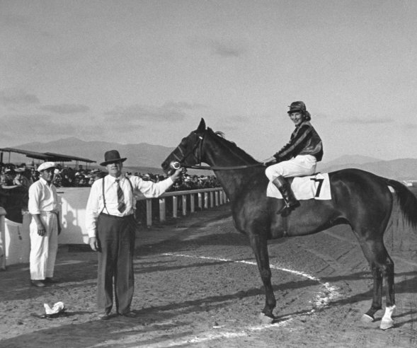 pictures from an allfemalejockey horse race in 1940