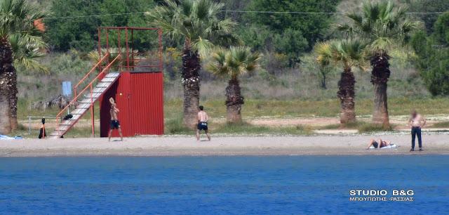 Μπάνια, ρακέτες και ηλιοθεραπεία κατά του κορωνοϊού στο Ναύπλιο
