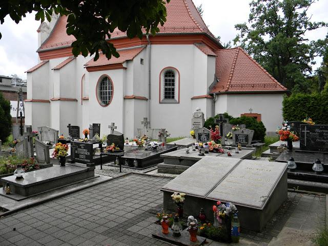 Przy kościele Świętego Krzyża w Nysie jest grób Eichendorffa.