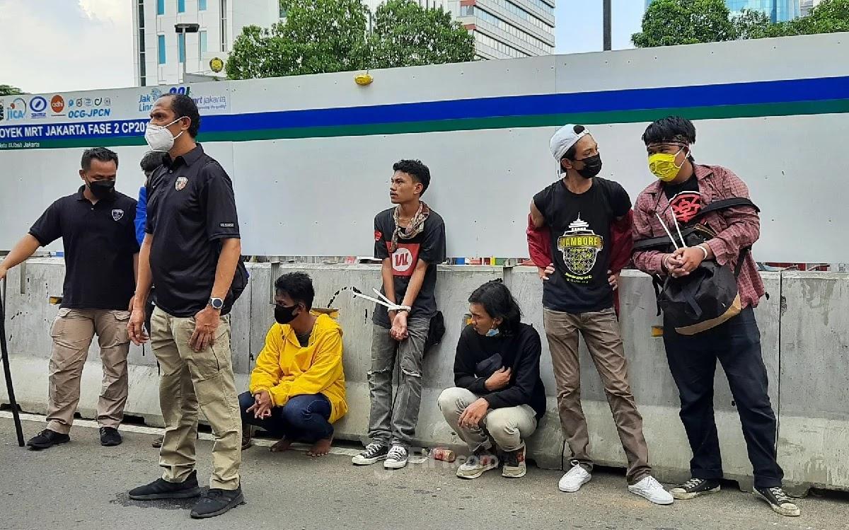 Sejumlah Mahasiswa Diborgol & Digiring ke Mapolda, Polisi: Itu Bukan Ditangkap Ya