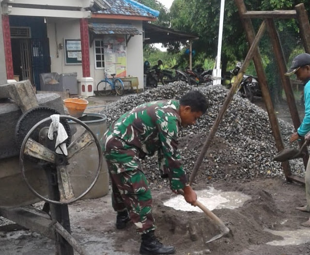 Babinsa Wonosalam Bantu Pengecoran Kantor Balai Desa