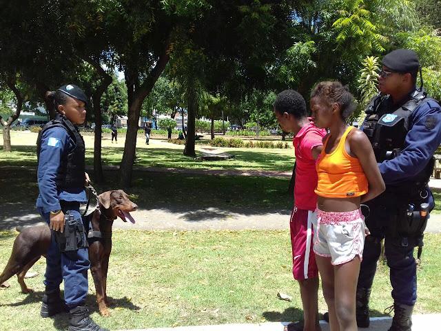 Equipe do Canil da Guarda Civil de Salvador detém dois meliantes por assalto em praça