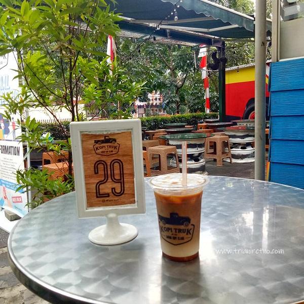 minuman andalan kopi truk bandung adalah es kopi karamel macchiato