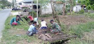 Anggota Zidam dengan Warga Bersihkan Parit dan Perbaiki Jembatan di Kabupaten Mempawah