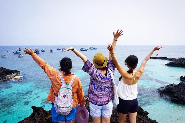 Điều đặc biệt, đảo lớn Lý Sơn không có bãi tắm, đây là nét đặc trưng kỳ lạ của hòn đảo này. Muốn tắm, du khách phải đi thuyền qua đảo Bé để tận hưởng bãi cát trắng dài với hàng dừa xanh mơ mộng. Còn người dân và những đứa trẻ trên đảo lại lựa chọn tắm ở dọc bờ kè, trên những mô đá nhấp nhô, lởm chởm.