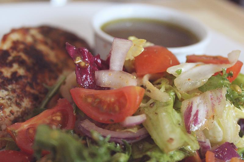 grillowany kurczak, fit, przepis dietetyczny, obiad, sos winegret, sałatka