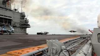El caza Su-33 se ha salido de la cubierta del portaaviones ruso por la ruptura del cable de frenado.