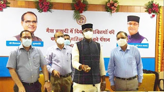 मंत्री श्री सारंग द्वारा गैस पीड़ित कल्याणी महिलाओं के खातों में 5 माह की पेंशन अंतरित