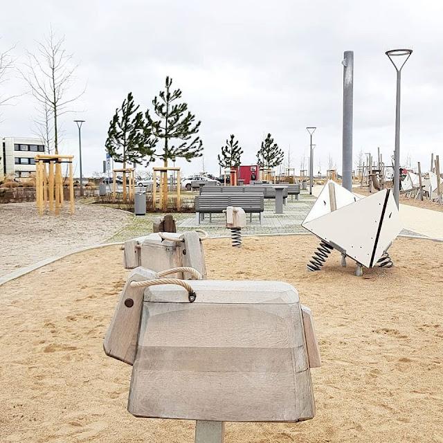 Vom Glück dieser Erde: Urlaub auf dem Küselhof und Reiterhof Witt auf Fehmarn. Die Erlebnispromenade von Burgtiefe mit Spielplatz-Elementen.