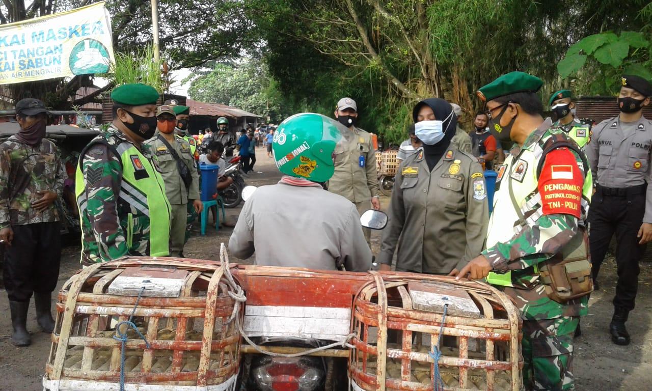 Petugas Gabungan  Laksanakan Pengawasan Prokes dan Sosialisasi PPKM di Pasar Hewan
