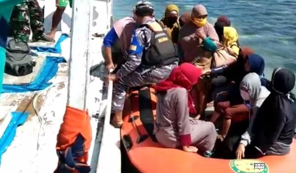 Basarnas Pos Selayar bersama SAR Angkatan Laut Evakuasi 24 Penumpang KM. Reski Perdana Ke Appatanah