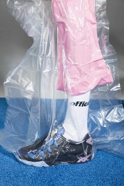 Asics Tiger Slam Jam Gel Mai Angle am Fuß man sieht ein Bein in einer Plastiktüte