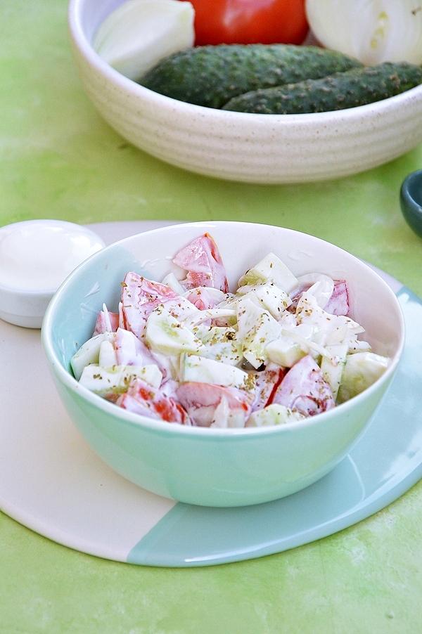 Sałatka z pomidora i ogórka z jogurtem greckim