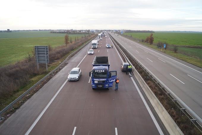 Unfall auf A9: Auto bleibt entgegen der Fahrtrichtung stehen