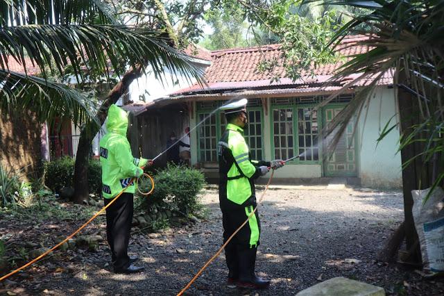 Satlantas Polres Purbalingga Laksanakan kegiatan Semprot Disinfektan di Desa Brecek