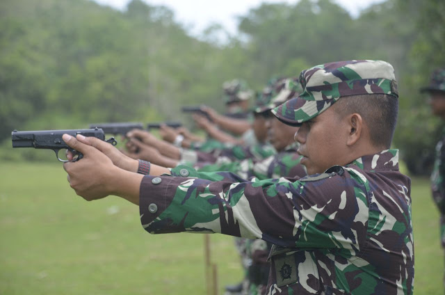 Dandim 1407/Bone Pantau Sekaligus Ikut Latihan Menembak