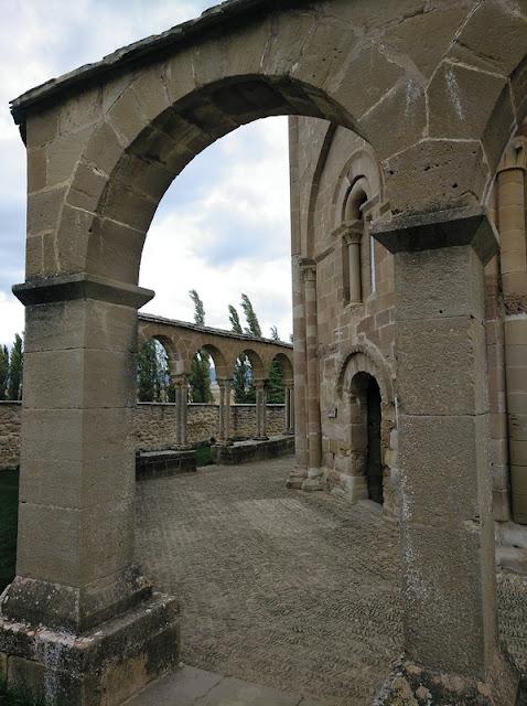 Santa Maria de Eunate - Diferencias de las arquerias nuevas (al frente) con las originales (al fondo)