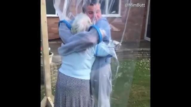 """Видео: внук смог обнять бабушку в пандемию с помощью костюма-""""пузыря"""""""