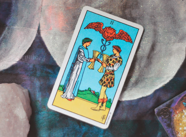Saiba o significado da Carta 2 de Copas no Tarot do amor, dinheiro e trabalho, na saúde, como obstáculo ou invertida e como conselho.