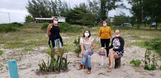 Artesãs do grupo Mãos que criam instalaram plaquinhas ambientais e coletaram lixo nas praias do Boqueirão Sul