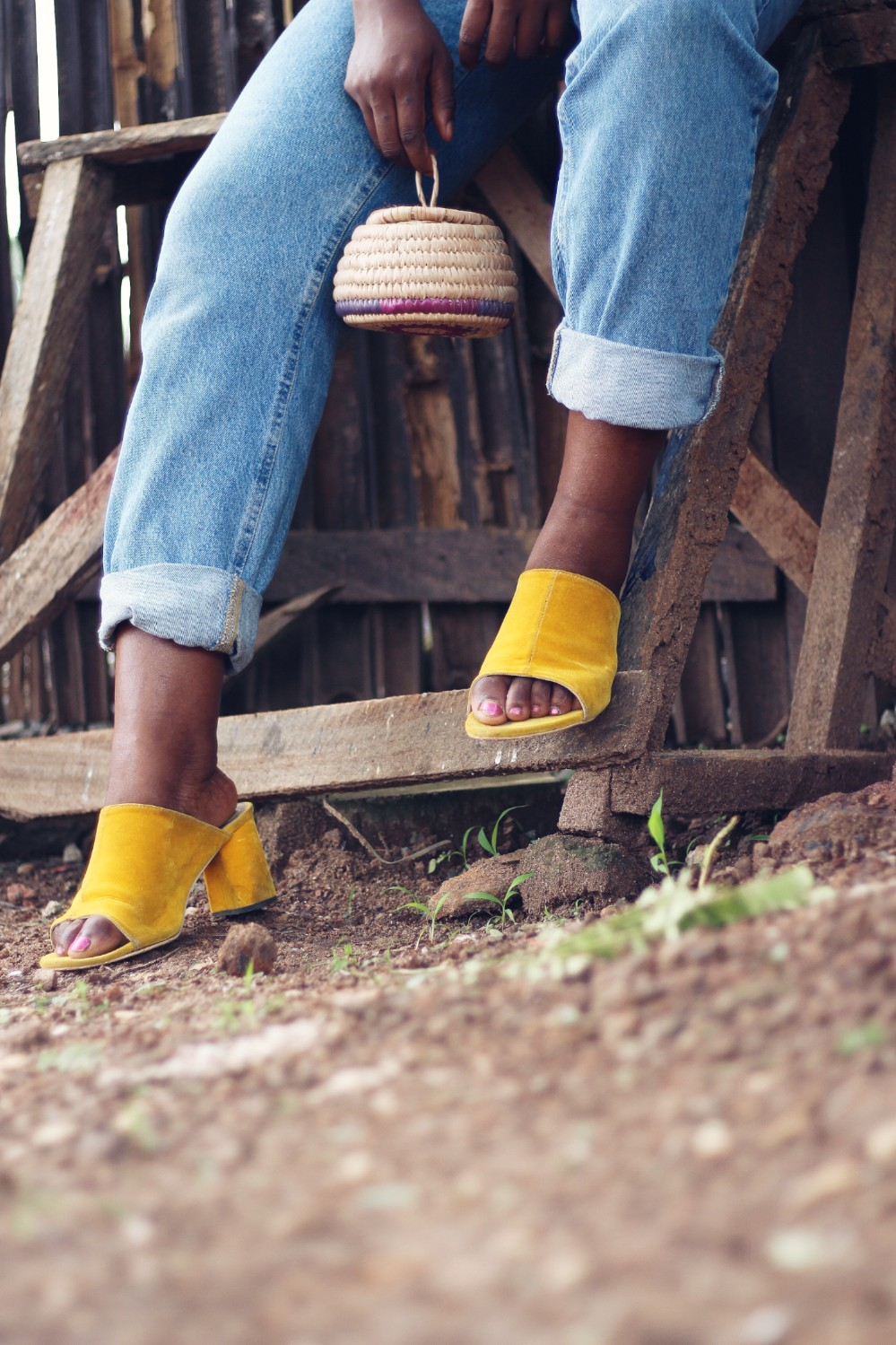 styling mules with a raffia bag and mom jeans