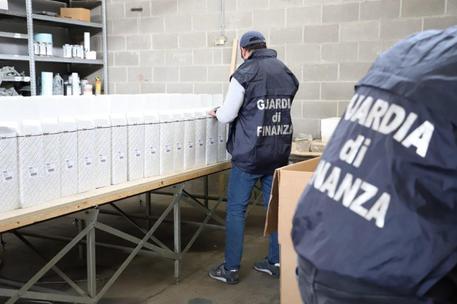 Pezzi di ricambio auto contraffatti: sequestrata una stamperia abusiva