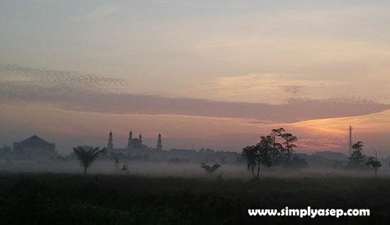 KEMARAU : Foto ini diambil pada hari Jumat (22/3) jam 06.10 WIB pagi hari. Cuaca masih sejuk dengn kabut menyelimuti sawah dibelakang rumah., Jangan terkecoh ya karena panas menyengat melanda di siang hari hingga malamnya. Foto Asep Haryono