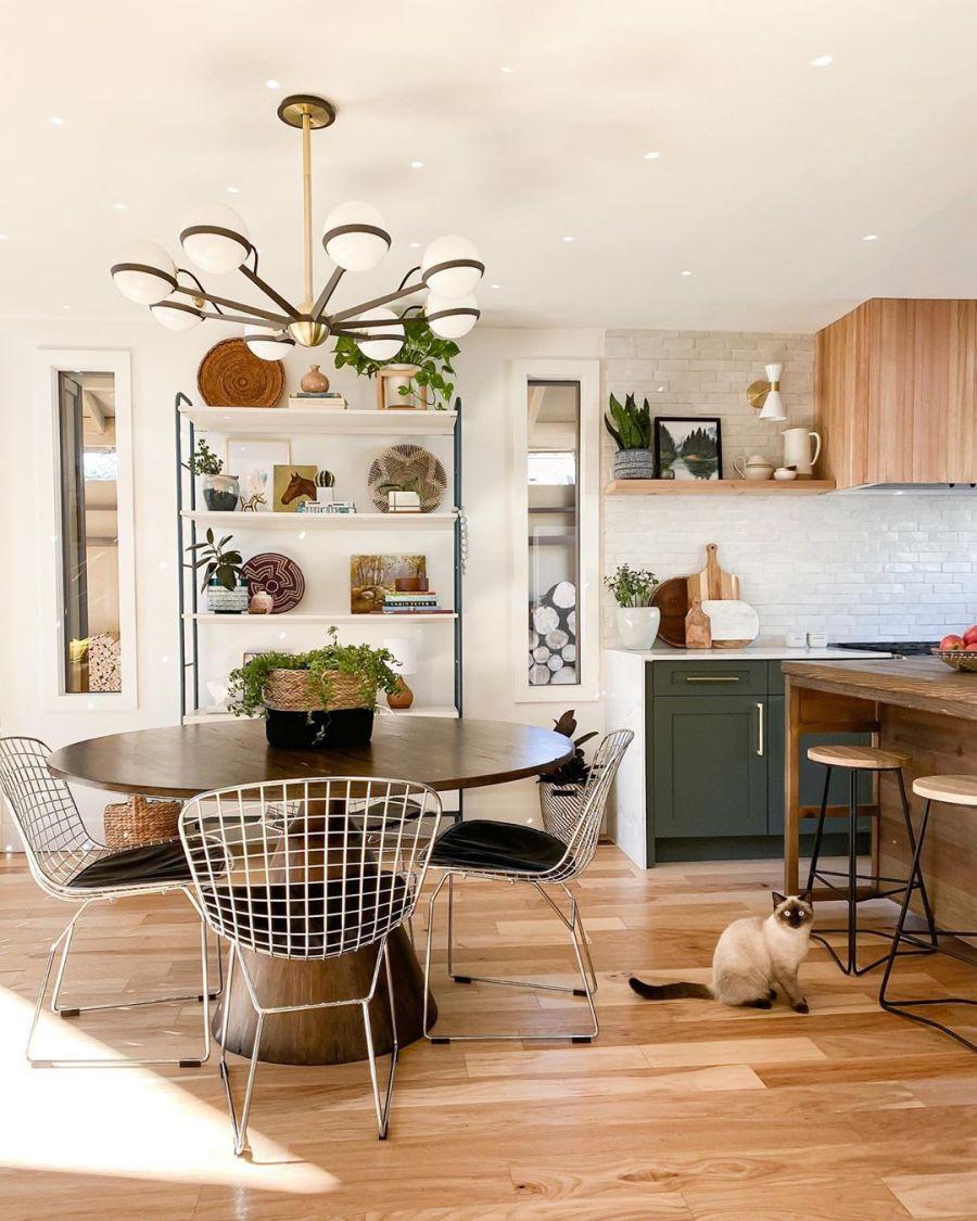 Dom wypełniony światłem, wystrój wnętrz, wnętrza, urządzanie domu, dekoracje wnętrz, aranżacja wnętrz, inspiracje wnętrz,interior design , dom i wnętrze, aranżacja mieszkania, modne wnętrza, home decor, styl klasyczny classy style, styl Hamptons, open space, otwarta przestrzeń, otwarty plan, jadalnia, stół, krzesła, okrągły stół,