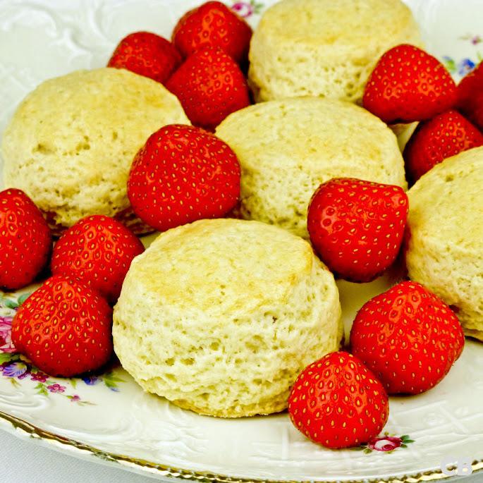 Recept Wimbledon scones met verse aardbeien en slagroom