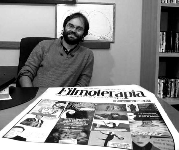 Jaime Burque junto a una portada de Filmoterapia