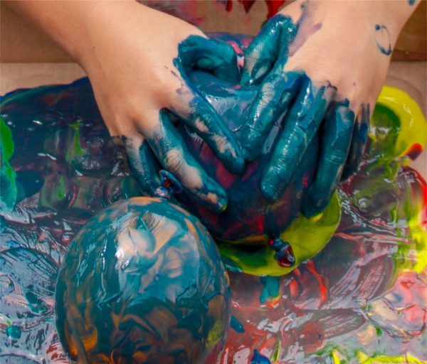 Fun & creative ways for kids to paint with balloons. #balloons #balloonpainting #balloonpoppainting #paintfilledballoons #balloonactivitiesforkids #growingajeweledrose