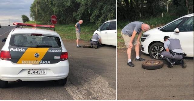 Policiais Rodoviários trocam pneu para motorista idoso, policia rodoviaria estadual, ação, bem, trocam pneu, policial, ajuda, casal de idosos, idoso,