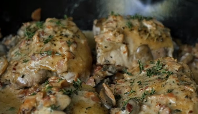 Creamy Whole30 Bacon Mushroom Chicken Thighs with Thyme #paleo #chicken