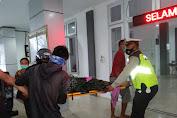 Kasat Lantas Polres Lotara Turun Langsung Evakuasi Korban Lakalantas di Jalan Raya Tanjung