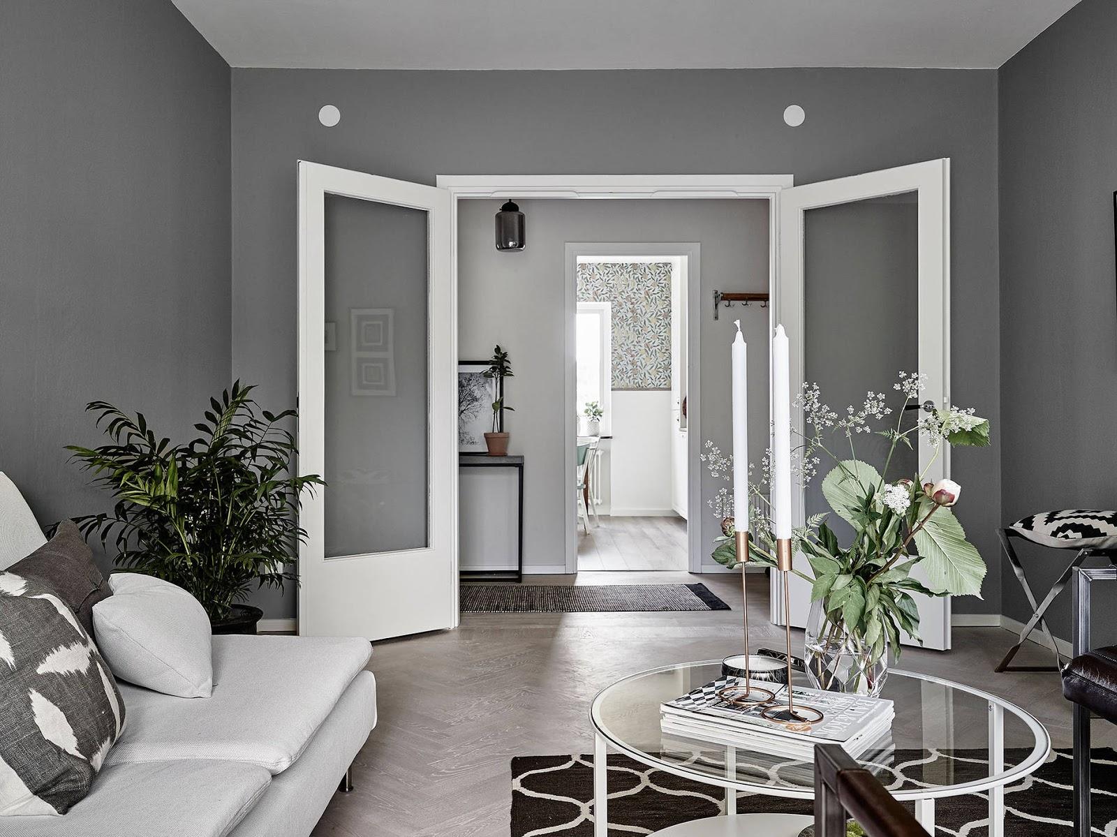 szare ściany, biała sofa w stylu skandynawskim