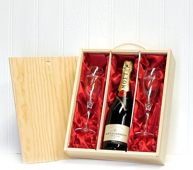 Moët & Chandon 750ml con 2 copas de champagne Moet en una caja de regalo de madera