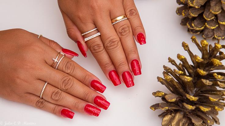 Inspiração de unhas para o Natal com esmalte Revlon Red e Glitter OPI