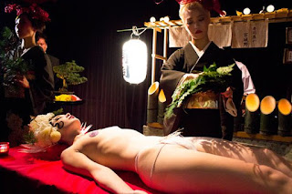 Cận cảnh bàn tiệc xa hoa trên cơ thể nude 4