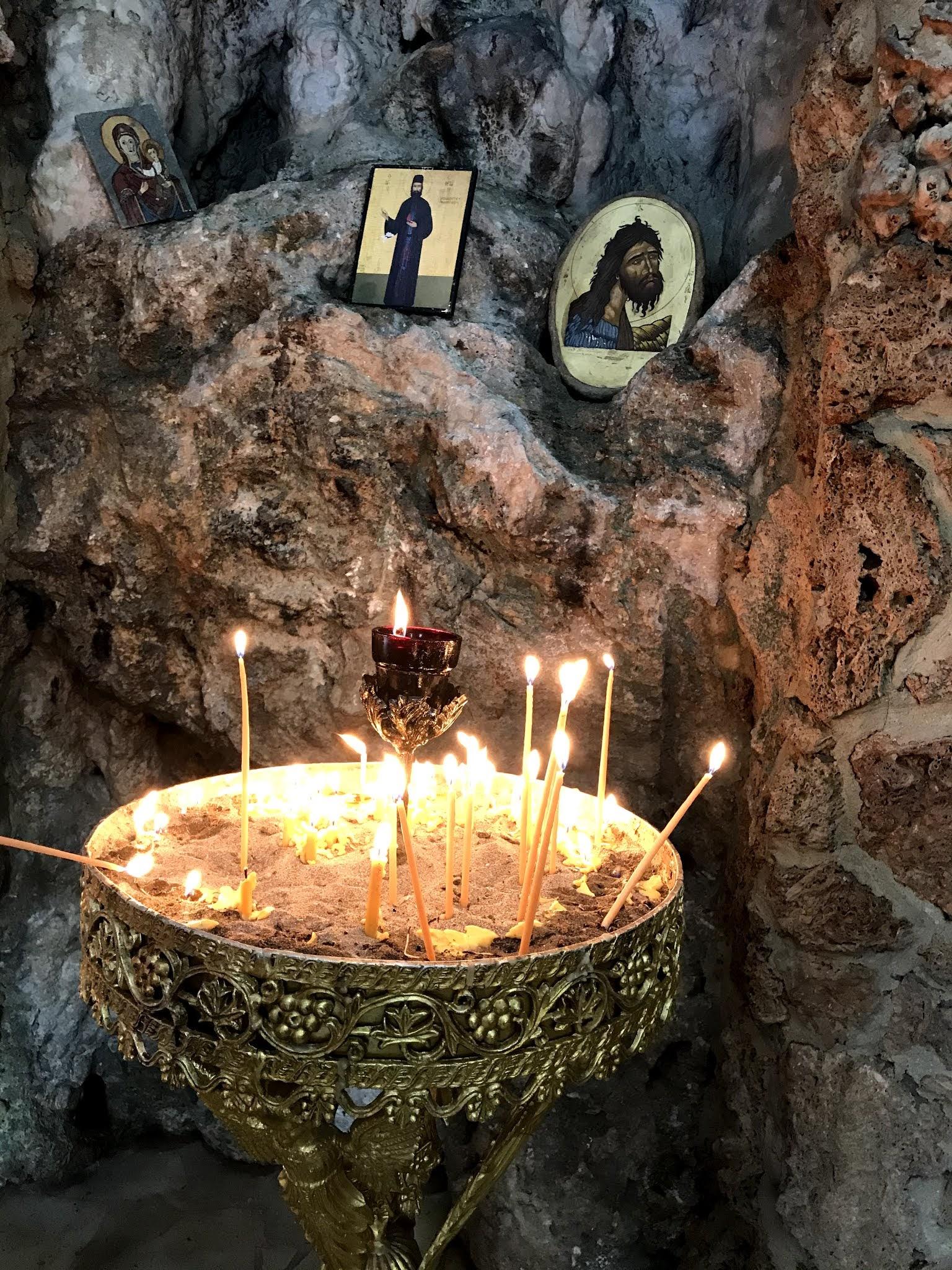 Ακουμπισμένη πάνω σε βράχο που αποτελεί την αριστερή πλευρά του ναού αλλά και μέρος του ιερού, η εκκλησία της Αγίας Κυριακής είναι ουσιαστικά κτισμένη πάνω στη σπηλιά