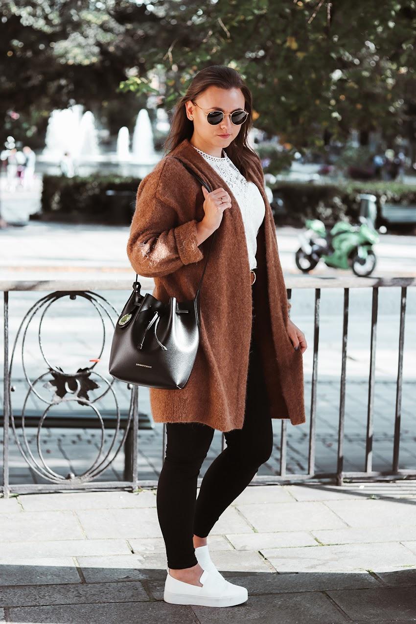 Karmelowy sweter i koronkowa bluzka