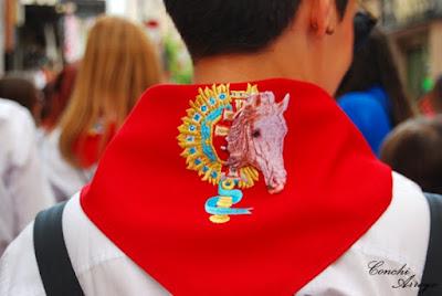 Los miembros de las peñas llevan todos este pañuelo al cuello en rojo con bordado del emblema de su peña