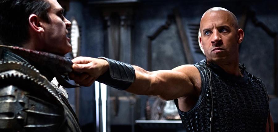 Vin Diesel şi Karl Urban în filmul Riddick