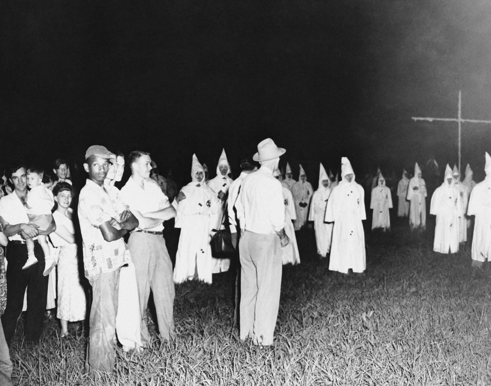 Un hombre afroamericano solitario asiste a un mitin de Klan en Jackson, Mississippi, 1950.