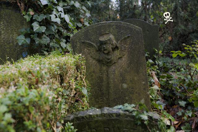 Angelito con alas o putto decorando una lápida de Huis te Vraag