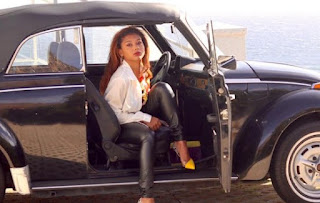 Sierra Capri posing for picture with a classic car