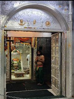 श्री महाकालेश्वर मंदिर में नंदी मण्डपम् व गर्भगृह के मध्य  चांदी का द्वार लगाया गया | mhankaleshver mandir me nadi mandpam v garbhagra ke madya chandi ka dwar