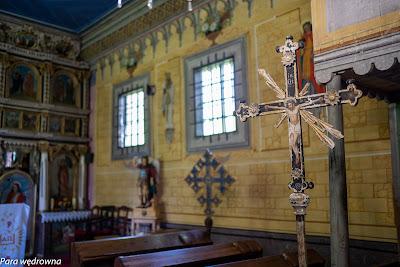 Krzyż pogrzebowy, w tle dwustronny krzyż procesyjny